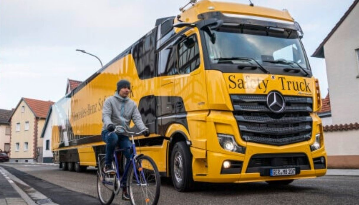 Mercedes-Benz-Safety-Truck