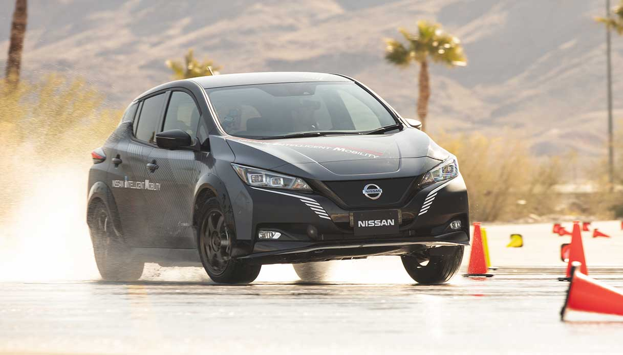 Nissan Leaf su fondo bagnato